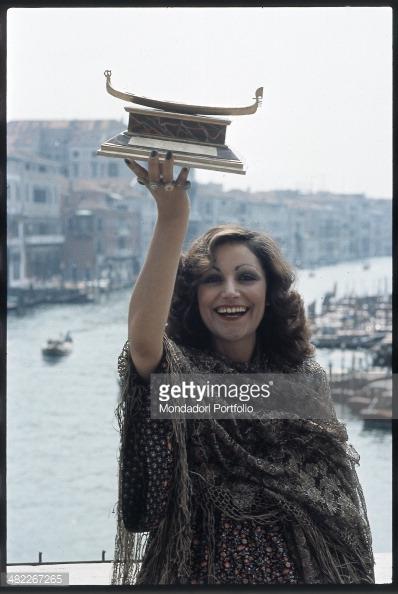 Mia Martini on a gondola holding the Gondola d'Oro 1973